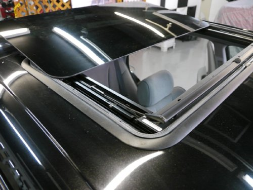 三菱・ディアマンテ(diamante)への後付 サンルーフ(sunroof)取付画像。ベバスト(webasto)ホランディア300デラックスラージ(Hollandia 300 Deluxe Large)